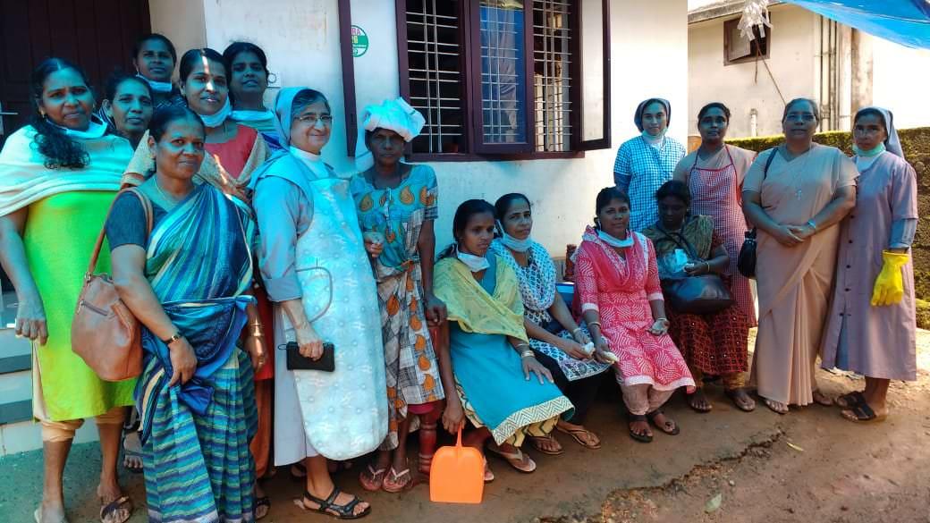 Las salesianas apoyan en las labores de limpieza en Kerala