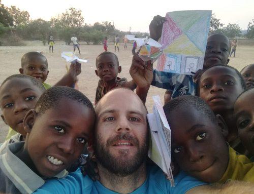 Los voluntarios realizan talleres con las niñas y niños de Moatize
